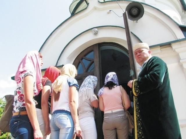 Pomoc rzeczową migrantom zainicjował Maciej Szczęsnowicz, przewodniczący Muzułmańskiej Gminy Wyznaniowej w Bohonikach.