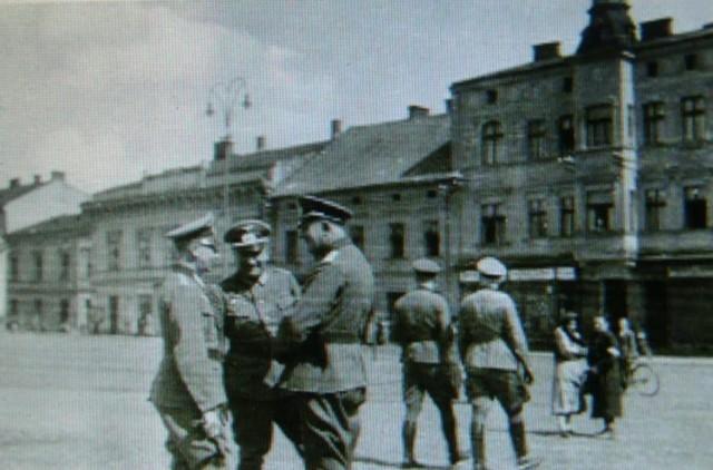 Po ponad pięciu latach taki widoki niemieckich żołnierzy na oświęcimskim Rynku odeszły w przeszłość