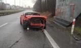 Wypadek w Łaziskach: Ford mustang wjechał w bariery dźwiękochłonne na DK81