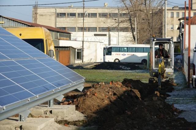 Przy nyskim PKS stanęła farma fotowoltaiczna. Panele naładują elektryczny autobus.