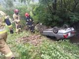 Maszkowice. Samochód dachował w potoku. Wyciągnęli go strażacy