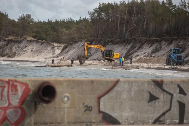 Trwają prace refulacyjne na plaży w Rowach.