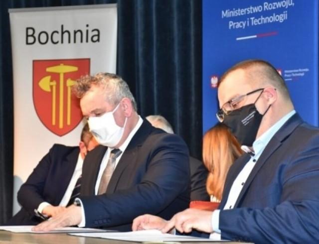 Z ramienia gminy Stary Sącz porozumienie podpisał Kazimierz Gizicki, zastępca burmistrza ( z lewej)