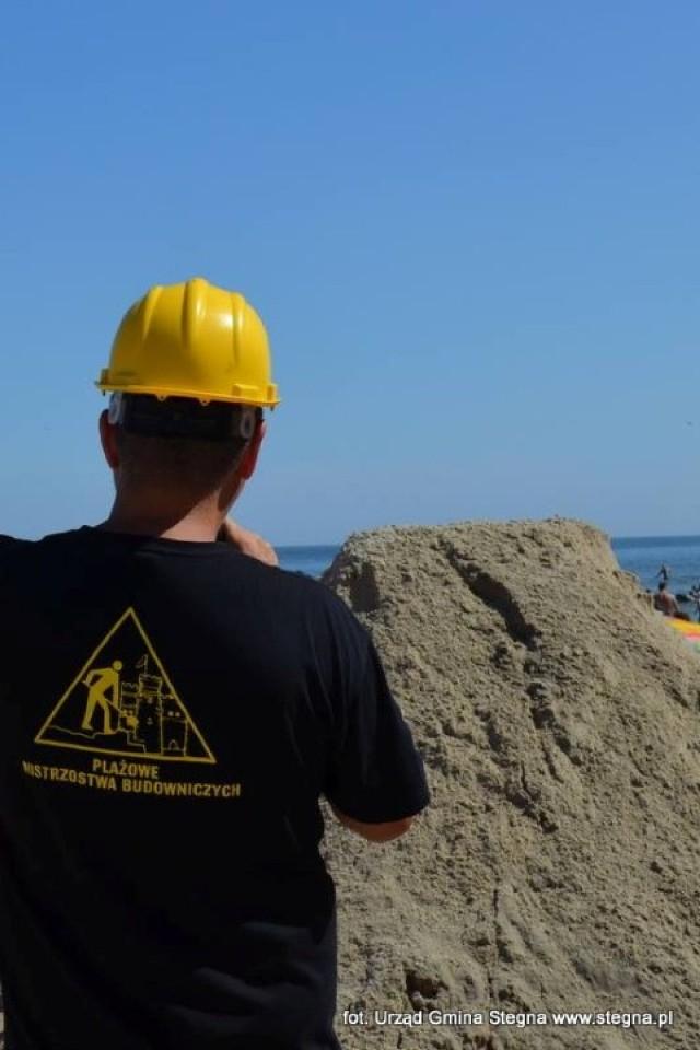 Stegna. Góra piachu usypana przez budowiniczych osiągnęła rekordowe 284 cm wysokości.