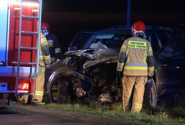 W Okoninie pod Grudziądzem samochód uderzył w drzewo i zatrzymał się na poboczu