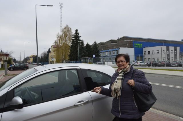Halina Marszałek często parkuje przy siedzibie banku na ulicy Michalusa. Zdarza się, że po zamknięciu elektronicznego zamka w pojeździe trudno potem otworzyć samochód.