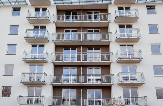 Choć sprzedaż mieszkań spadła w 2020 r. o około jedną piątą, popyt na lokale wciąż jest wysoki.