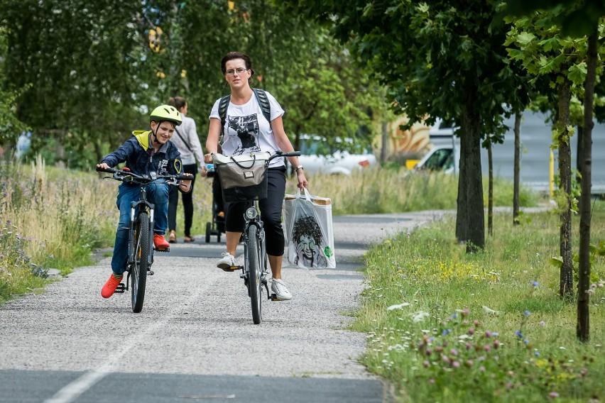 Za jazdę rowerem po chodniku grozi mandat w wysokości 50 zł....