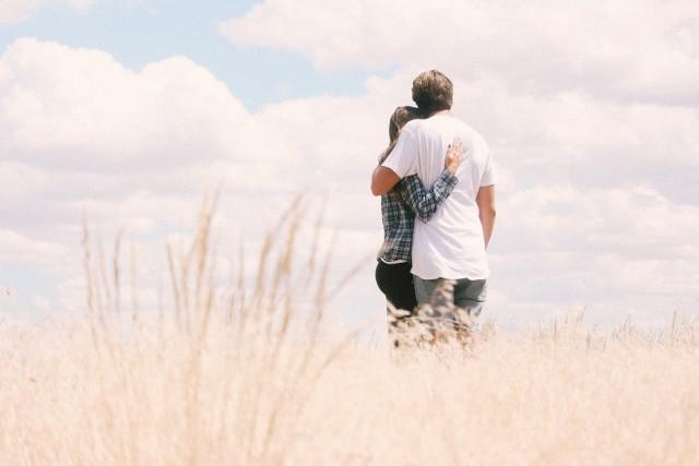 Miłość karmiczna to związek dwojga ludzi, którzy wierzą, że są sobie przeznaczeni. Taka relacja może się opierać na miłości lub przyjaźni.
