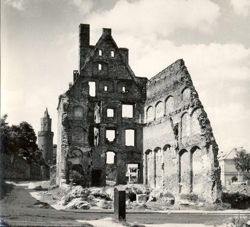 Stargard, lata 50. XX wieku, ruiny kamienicy kupieckiej przy...