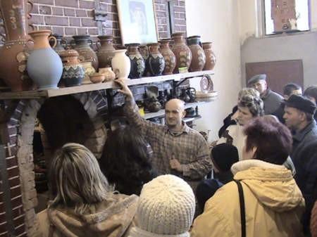 Sobotnią wycieczką do muzeum ceramiki Neclów w Chmielnie rozpoczęły się warsztaty garncarskie, które przez najbliższe dwa tygodnie będą się odbywać w Konarzynach.
