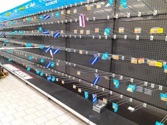 Sklep w Auchan w Mysłowicach przy ul. Katowickiej. Wiele sklepowych półek jest już pustych.   Zobacz kolejne zdjęcia. Przesuń zdjęcie - kliknij strzałkę lub przycisk NASTĘPNE