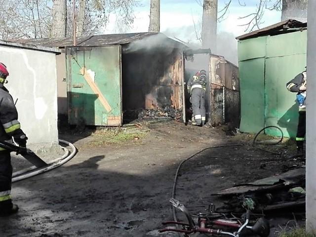 Zgłoszenie o pożarze garażu przy ul. Krzyszowica w Brzegu strażacy otrzymali około godz. 11.20 w sobotę.  Na miejsce udały się trzy zastępy straży pożarnej. Okazało się, że ogień zagraża fiatowi. Strażakom udało się jednak obronić pojazd.  Akcja gaśnicza trwała blisko 2,5 godziny. Okoliczności zdarzenia ustala policja.
