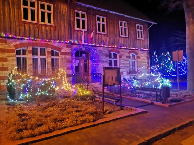 Tak prezentują się ozdoby świąteczne na siedzibie urzędu gminy Bytnica.