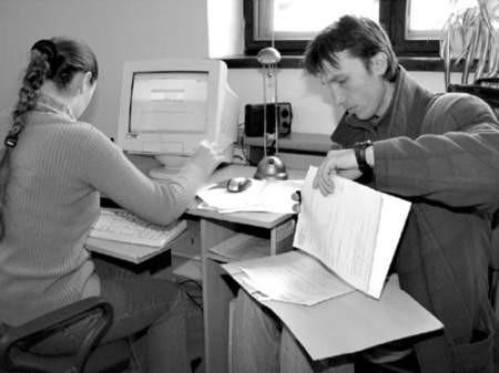 Danuta Wajda i Grzegorz Sowiński podczas wyszukiwania ofert pracy.