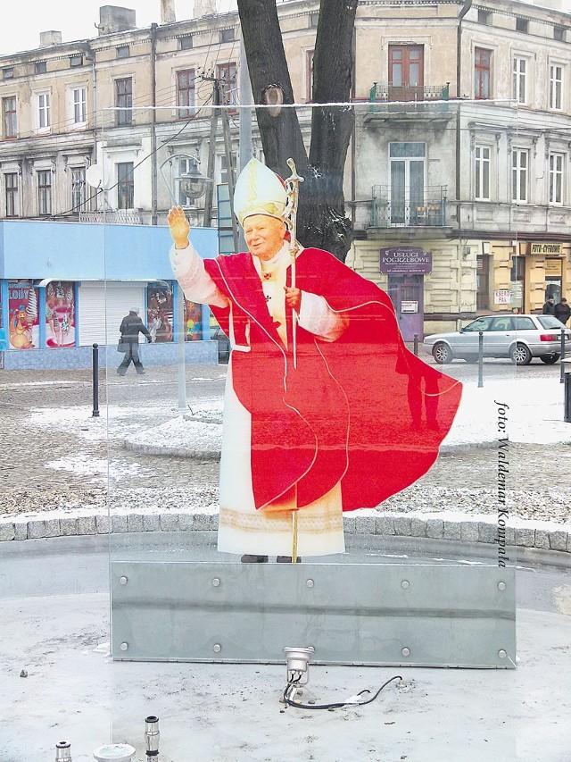 Pomnik papieża wrócił na skwer w centrum Brzezin