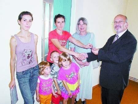Burmistrz Jacek Przybył klucz do mieszkania przekazał w towarzystwie Iwony Michalak-Bober, kierowniczki M-GOPS.