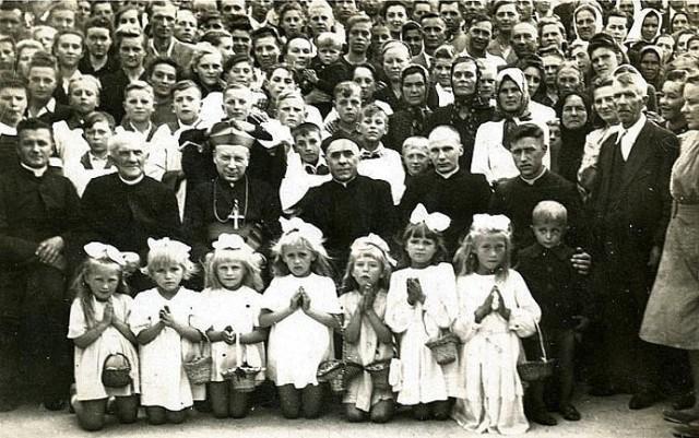 Wizyta ks. biskupa Stefana Wyszyńskiego w Komarowie Osadzie. Zdjęcie wykonano prawdopodobnie w 1947 r.