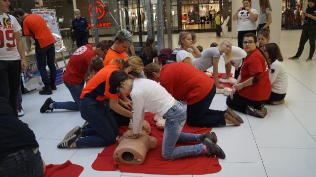 Dzisiaj (16 października) obchodzimy Europejski Dzień Przywracania Czynności Serca. Jak co roku WOŚP zorganizowało rekord w jednoczesnym prowadzeniu resuscytacji krążeniowo-oddechowej przez jak największą liczbę osób. Białostoczanie próbowali swoich sił w Galerii Jurowieckiej, gdzie do bicia rekordu przystąpiło ponad 50 osób, w tym 30 dzieci. Najmłodsze mają 7 lat!