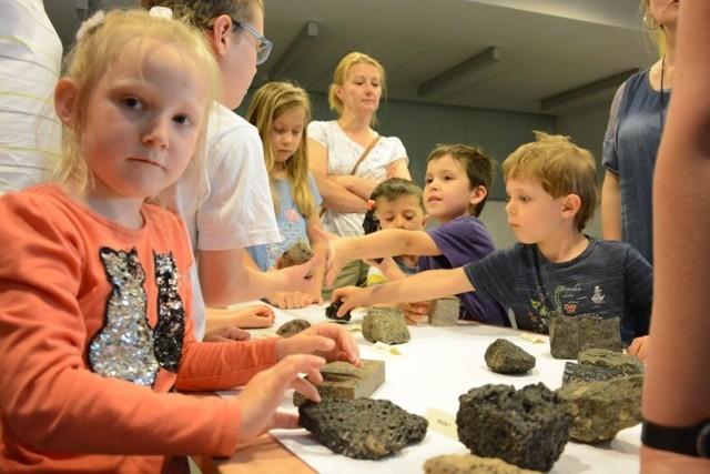 """Czy płyty Ziemi składają się jak puzzle? Dlaczego wybuchają wulkany? Czym są meteoryty i skąd jeden z nich wziął się na Morasku? To tylko przykłady pytań, na które odpowiedzi udzielą naukowcy z Instytutu Geologii UAM podczas spotkania """"Płonące góry i gwiazdy"""" w ramach projektu dla dzieci 3TATY. 4 Żywioły."""