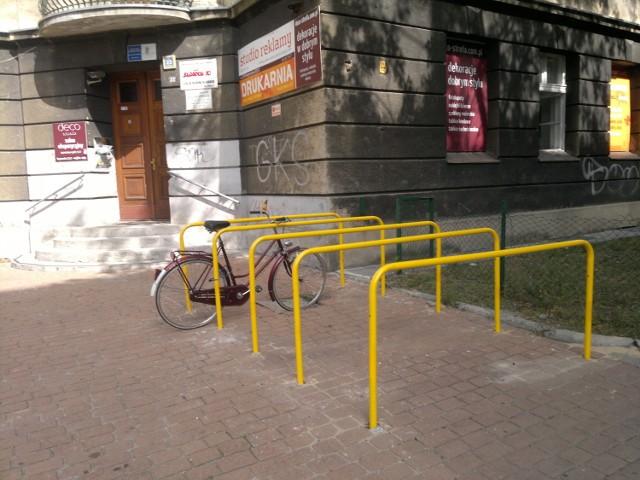 Nietypowe barierki rowerowe są już przy ul. Reymonta w Katowicach