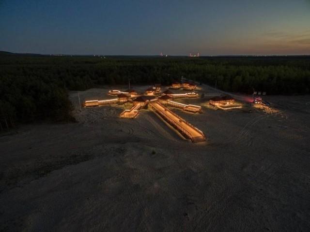 """""""Polska Sahara"""". Tak nazywana jest Pustynia Błędowska. To największy teren występowania piasków śródlądowych w Europie i choć dzisiaj powoli zarasta, nadal jest niezwykle interesująca. Znajduje się pomiędzy miejscowościami Klucze, Chechło i Błędów (pow. olkuski).   Pustynię można podziwiać z kilku punktów widokowych Jednym z nich jest niedawno powstała Róża Wiatrów – imponująca, drewniana platforma,  posadowiona w pobliżu ul. Bolesławskiej w Kluczach. Jest przystosowana dla osób niepełnosprawnych, dzięki czemu można też ją zwiedzać z małymi dziećmi w wózkach."""