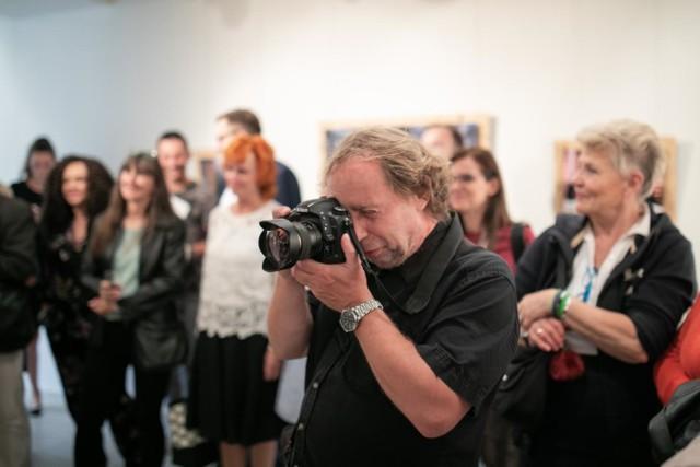 W bydgoskiej Galerii Farbiarnia oglądać można wystawę zdjęć portretów Filipa Kowalkowskiego, bydgoskiego fotografa. To ekspozycja piętnastu kadrów, wpisujących się w miasto i przemysł, związany ze szlakiem TeH2O.   Na zdjęciach zobaczymy osoby, które przyczyniły się do powstania tego szklaku. Zdjęcia można oglądać od wtorku do piątku w godzinach od 10.00 do 18.00 oraz w soboty od 12.00 do 16.00.   Jerzy Kanclerz przed turniejem Asy dla Tomasza Golloba.