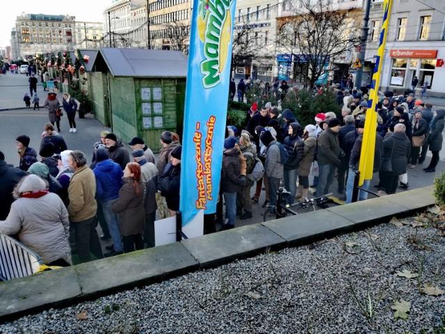 W środę na poznańskim placu Wolności RMF FM znowu rozdaje choinki mieszkańcom. W długiej kolejce po darmowe drzewka ustawił się tłum poznaniaków.