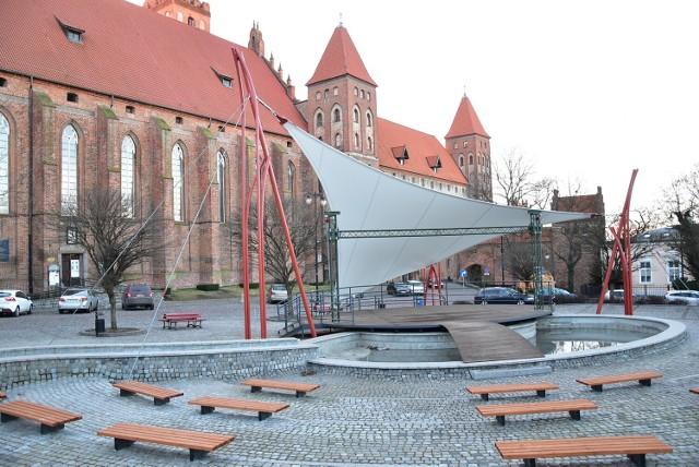 Dzięki środkom z Kwidzyńskiego Budżetu Obywatelskiego scena plenerowa na Placu Św. Jana Pawła II wzbogaciła się o nietypowe zadaszenie