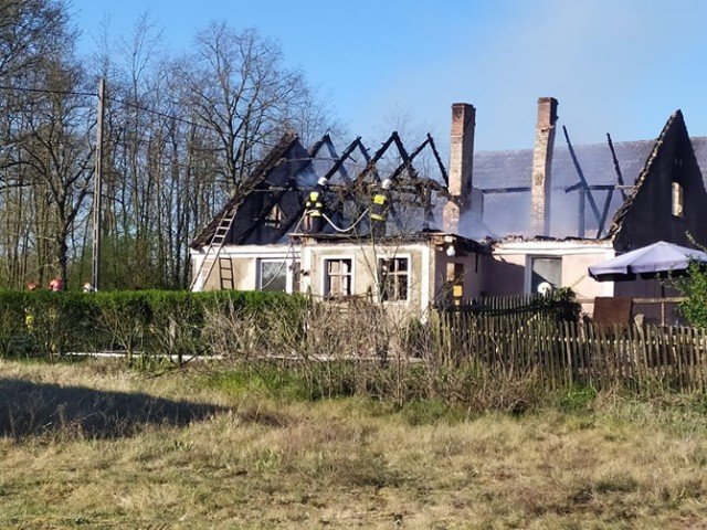 Pożar domu jednorodzinnego w Sarbii (gmina Krosno Odrzańskie). Na miejsce pojechało pięć zastępów straży pożarnej.
