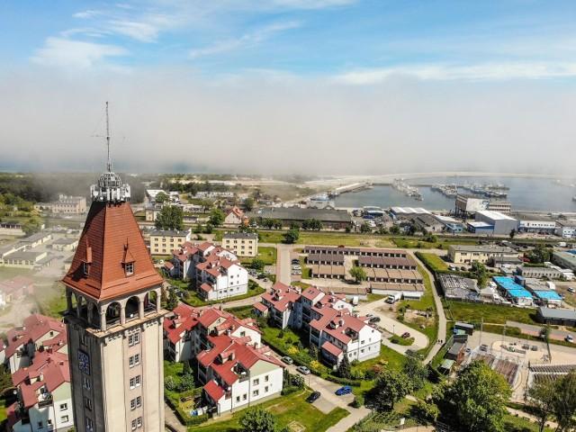 Foto Powiat Pucki: Władysławowo okiem drona. Zobaczcie serce turystycznej stolicy powiatu puckiego. Majestatyczny Dom Rybaka i morze w chmurach
