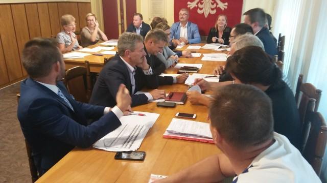Radny Daniel Kulawski (po lewej) w trakcie ostrej pyskówki z sekretarz miasta Kariną Błaszczyk (trzecia po lewej)
