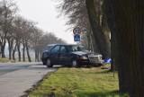 Na DK 45 niedaleko Wielunia staranował znaki drogowe i porzucił uszkodzone auto. To 61-latek z powiatu sieradzkiego FOTO