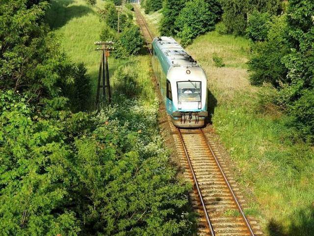 Linia kolejowa 27. Szynobus firmy Arriva relacji Sierpc - Toruń Gł. tuż za stacją w Lipnie. Zdjęcie z 2015 r.