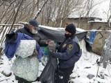 Siarczyste mrozy nie odpuszczają. Trwają kontrole miejsc, w których przebywają bezdomni w Katowicach. Jak pomóc?