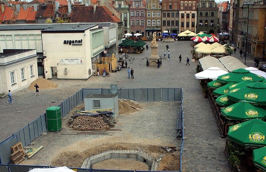 Budowa fontanny Neptuna na Starym Rynku - maj 2004