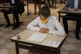 Ostroróg. Uczennice i uczniowie przystąpili do egzaminu ósmoklasisty [ZDJĘCIA]
