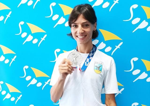 Anna Kiełbasińska ze srebrnym medalem, jaki wywalczyła na igrzyskach olimpijskich w Tokio