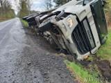 Wypadek w Kup. Ciężarówka zjechała z drogi i wpadła do rowu. Wyciekały z niej płyny eksploatacyjne [ZDJĘCIA]