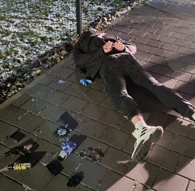 Fałszywi policjanci zostali zatrzymani w Katowicach. Mężczyźni mieli przy sobie broń.