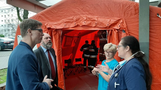 Zapobiegawczy namiot postawiono przed świętochłowickim szpitalem.