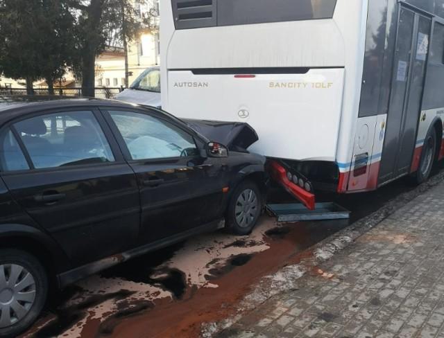 Kierowca opla w piątek, 22 stycznia wjechał w stojący autobus