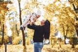 Jak ubrać dziecko na spacer jesienią, zimą, wiosną i latem, by nie było mu za zimno ani za gorąco? Sprawdź zasady