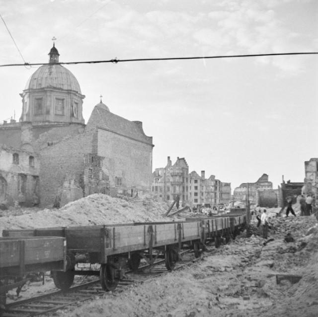 Bocznica kolejowa zbudowana na potrzeby odgruzowywania Głównego Miasta, pierwotnie miała być dłuższa i sięgać aż do Długiego Targu, jednak z uwagi na ruiny ratusza, które mogły runąć w każdej chwili, tory skończono kłaść na wysokości kościoła Mariackiego