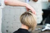 Te fryzury brzydko cię postarzą. Unikaj ich, jeśli nie chcesz dodać sobie lat
