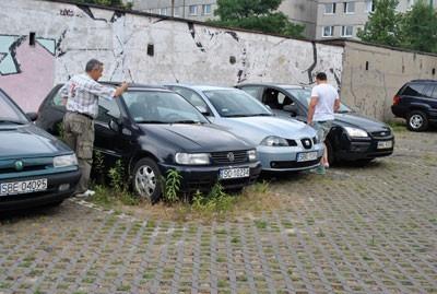 Miejsc parkingowych na osiedlu Piłsudskiego brakuje od zawsze, niektóre nadal zajmują auta - wraki