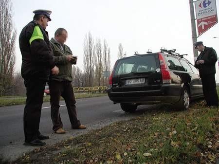 Nadkomisarz Krzysztof Kiercz tłumaczy kierowcy, na czym polegało jego wykroczenie.