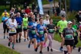 """Setki biegaczek i biegaczy wzięły udział w """"ZaDyszce Bydgoskiej"""" w Myślęcinku [zdjęcia]"""