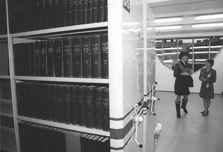 Specjalne rozsuwane regały przyjechały do Cieszyna z archiwum w Katowicach. WOJCIECH TRZCIONKA