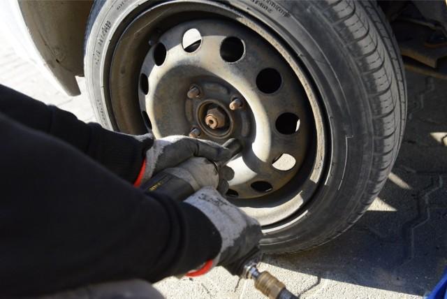 Wymiana opon z letnich na zimowe nie jest obowiązkowa, ale statystyki zdarzeń drogowych i doświadczenie kierowców wskazują na to, że warto to robić